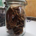 Crackers di semi, zucchine, pomodori secchi e capperi (1)