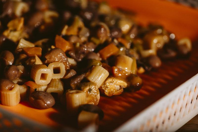 Pasta fagioli e cozze preparata e messa nella vaschetta di silicone per l'essiccazione
